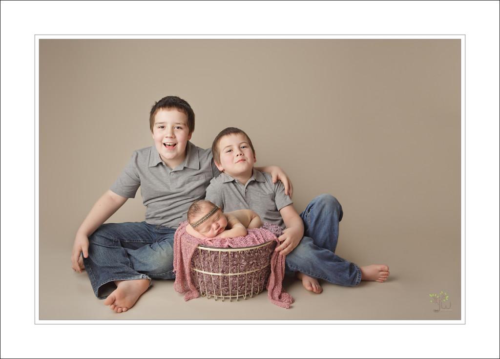 puyallup-newborn-phorographer_jennifer-wilcox-photography_amelia_baby-girl-with-brothers